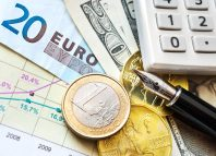 Euro Money à côté d'une calculatrice