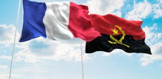 Illustration 3D de la France et l'Angola Flags ondulent dans le ciel